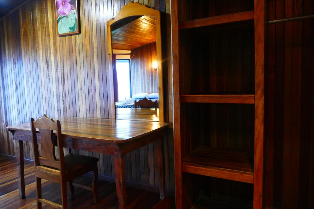 Desk and shelves in the double standard room